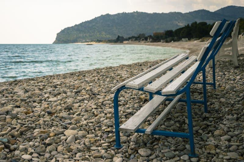 Bänk på stranden arkivfoto