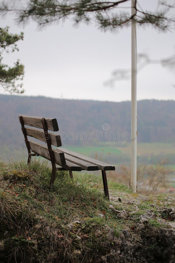 Bänk på Wolfsberg i Tyskland med defocused bakgrund fotografering för bildbyråer