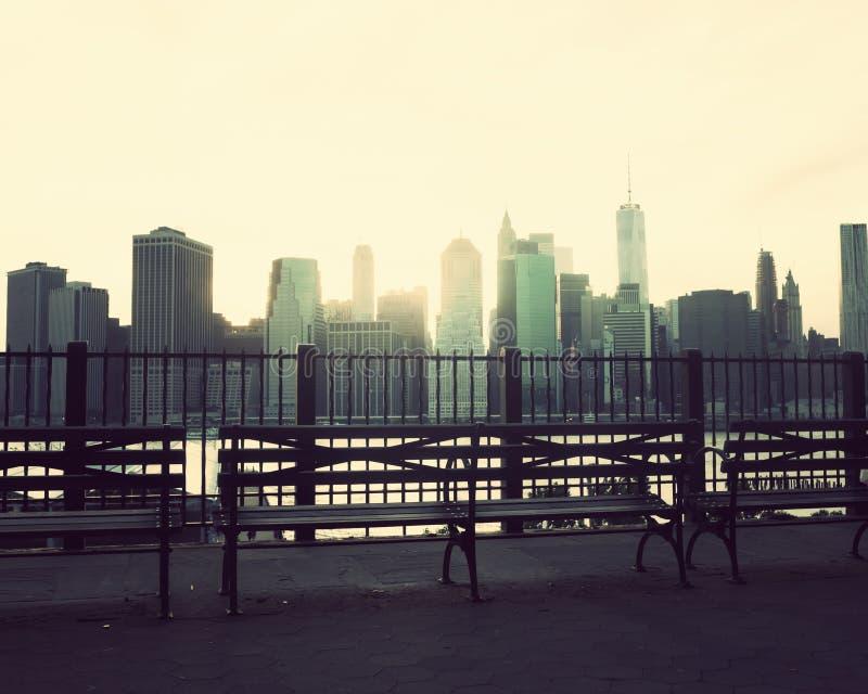 Bänkar och Manhattan horisont arkivbilder