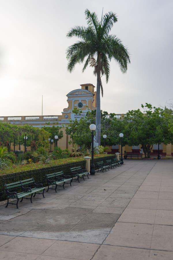 Bänkar parkerar in på den Carillo fyrkanten, Trinidad, Kuba arkivfoton