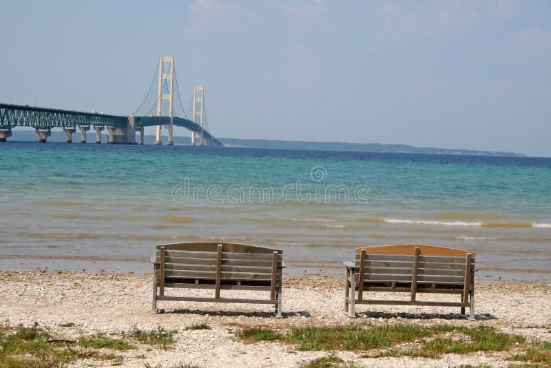 Download Bänkbro en två fotografering för bildbyråer. Bild av sommar - 990741