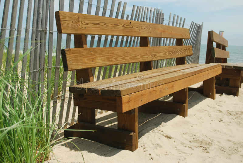 Bänke auf dem Sand lizenzfreie stockfotografie