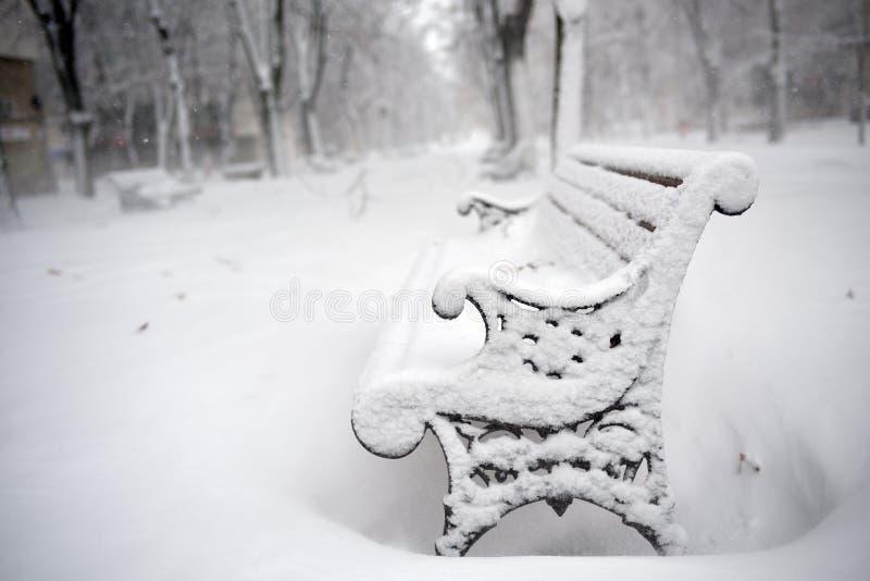 Bänke im Park bedeckt mit Schnee stockbild