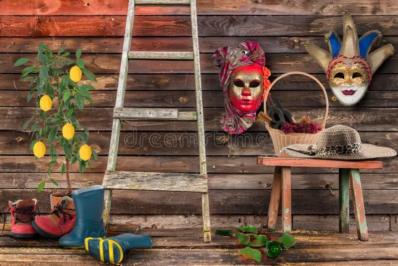 Bänken för den hängande väggen för två karnevalmaskeringar gnäggar den nedersta träb royaltyfria foton