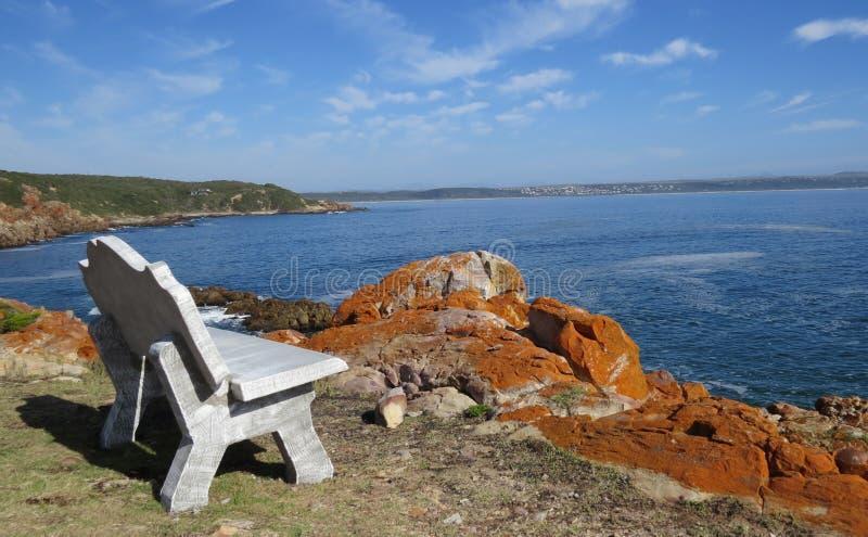 Bänken med havet och vaggar royaltyfria foton