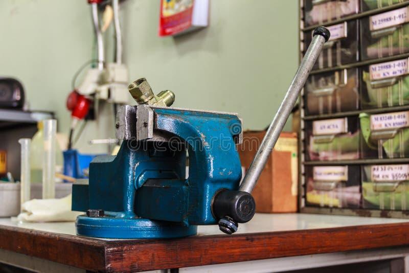 bänken styrer gammal hjälpmedelskruvstäd royaltyfria foton