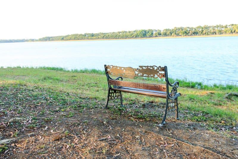Bänksikt av sjön royaltyfri fotografi