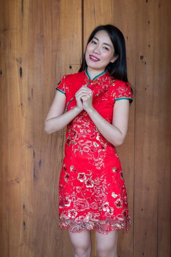 Bär asiatiska kvinnor för skönhet cheongsam och leende royaltyfria bilder