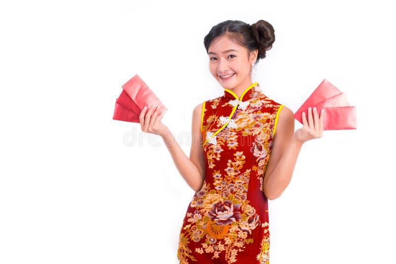 Bär bärande cheongsam för den unga asiatiska skönhetkvinnan och det röda paketet arkivbild