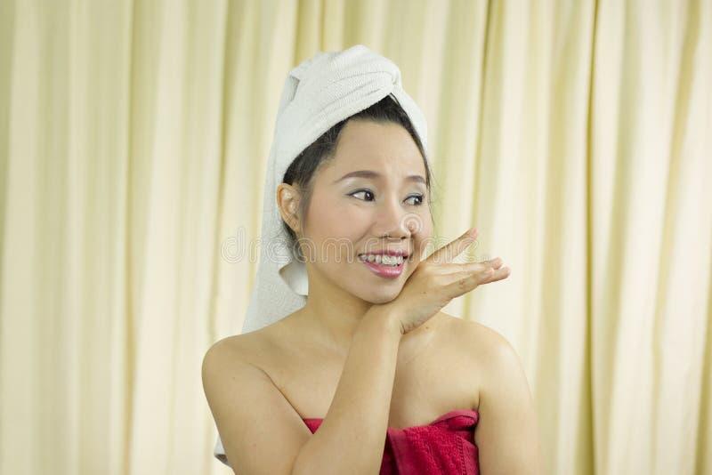 Bär det tillförordnade leendet för kvinnan, ledset som är roligt, en kjol för att täcka hennes bröst efter tvättar hår s arkivbilder