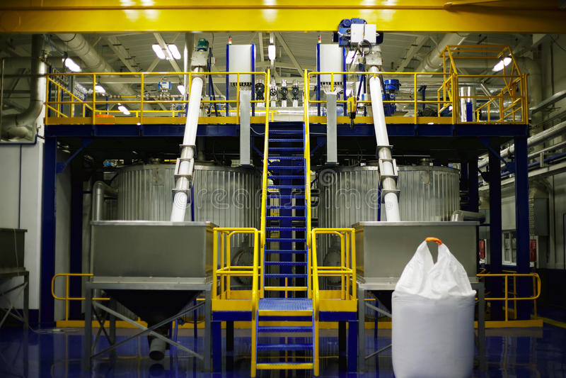 bär för maskineristycken för den olika fabriken den industriella inre plattformen till använt trans royaltyfri bild