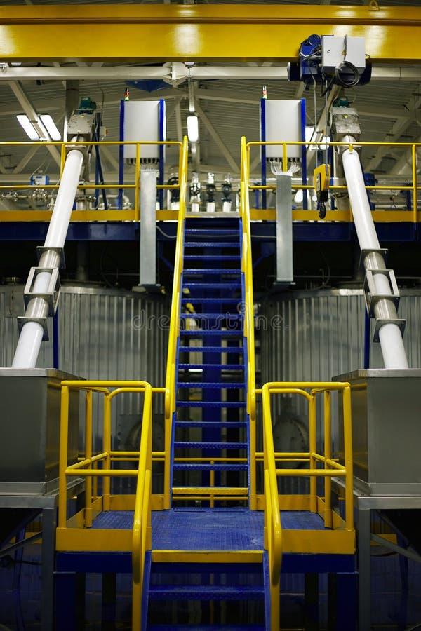 bär för maskineristycken för den olika fabriken den industriella inre plattformen till använt trans royaltyfria foton