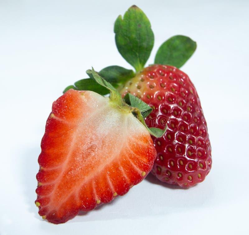 Bär frukt den röda jordgubben för det halva snittet, det mogna bäret royaltyfri bild