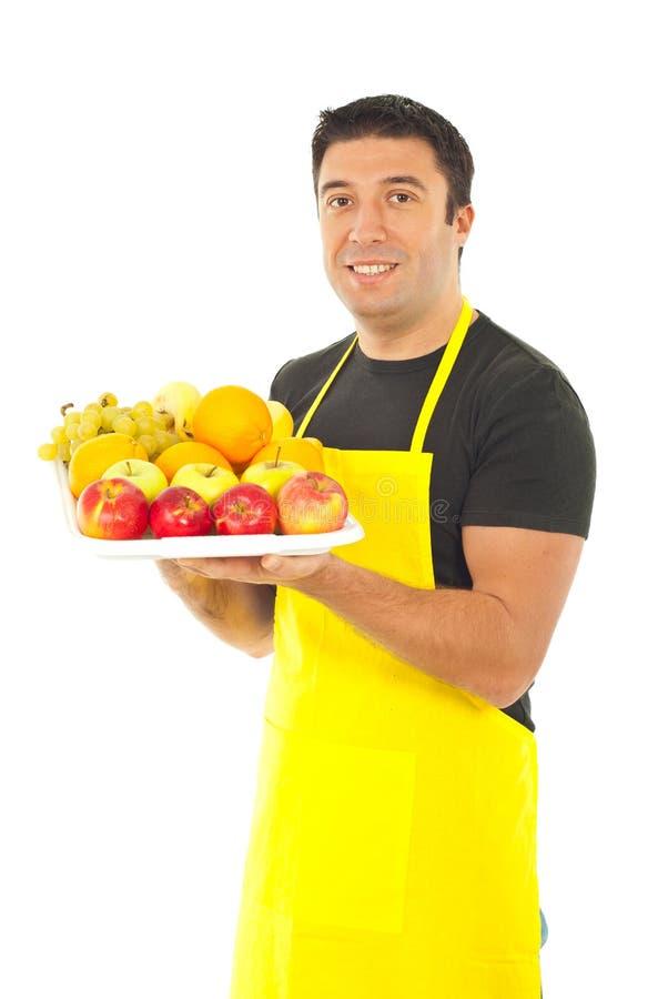 bär fruktt grönsakshandlareholdingen royaltyfria foton