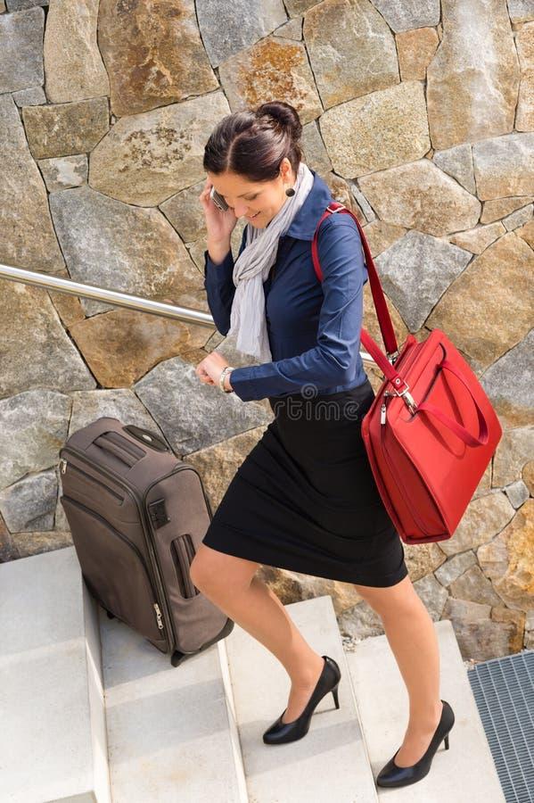 Bär-nolla den resande affärskvinnan skynda sig rusaklättringbagaget royaltyfri fotografi