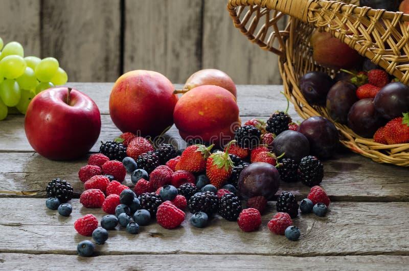 Bär sommarfrukt på trätabellen sund livsstil för begrepp arkivbilder