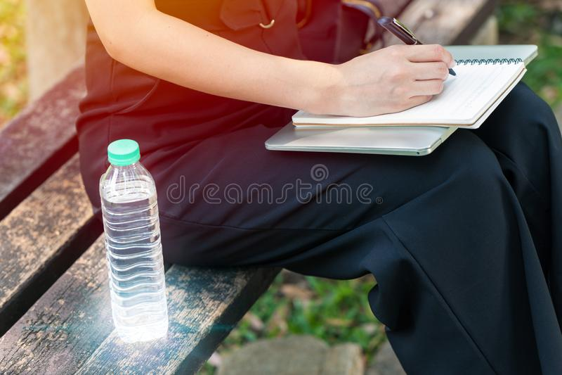 Bär utomhus- arbete för affärskvinnan med dricksvattenflaskan fotografering för bildbyråer