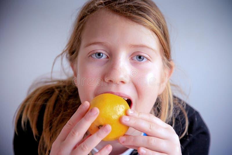 Bära fruktt äta flickan royaltyfri fotografi