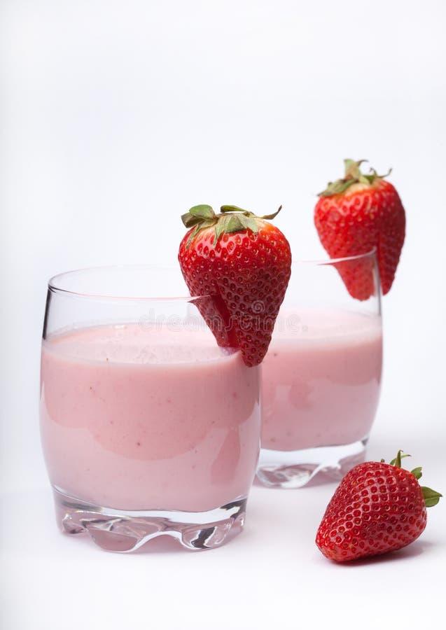 Bära fruktt smoothieyoghurten med mogna jordgubbar på vitbackgren royaltyfri fotografi