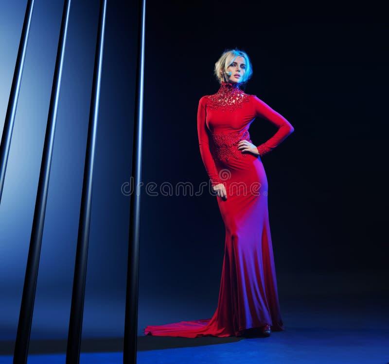 Bärande aftonkappa för attraktiv blond kvinna royaltyfria foton