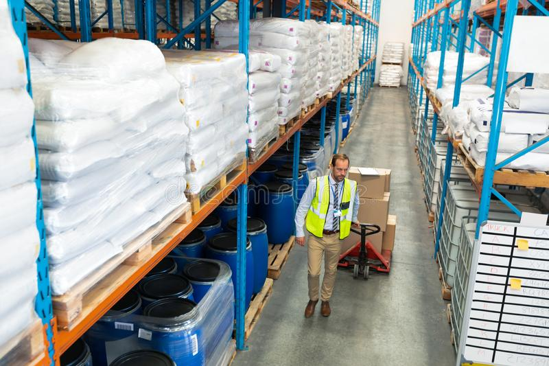 Bärande askar för manlig personal på palettstålar i lager royaltyfri bild