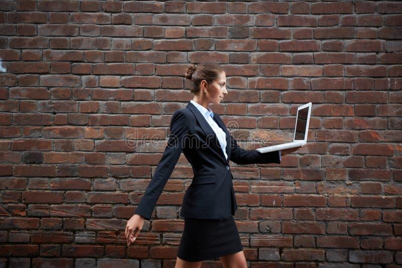 Bärande bärbar dator royaltyfri foto