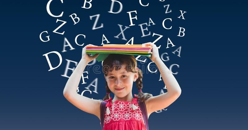 Bärande böcker för skolaflicka på huvudet med alfabet som flyger i bakgrund arkivbilder