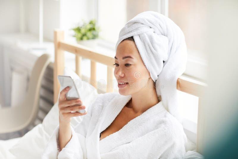 Bärande badämbetsdräkt för asiatisk kvinna royaltyfri foto