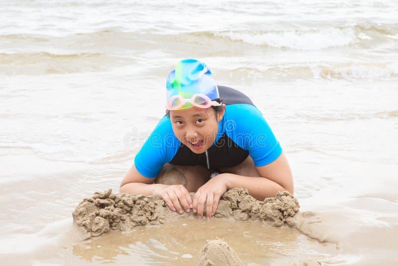 Bärande baddräkt för thailändsk flicka som spelar på em för havsstrandlycka royaltyfri foto