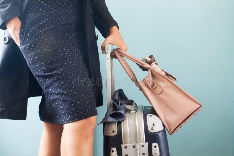 Bärande bagageresväska för ung och smart affärskvinna Midsect arkivfoto