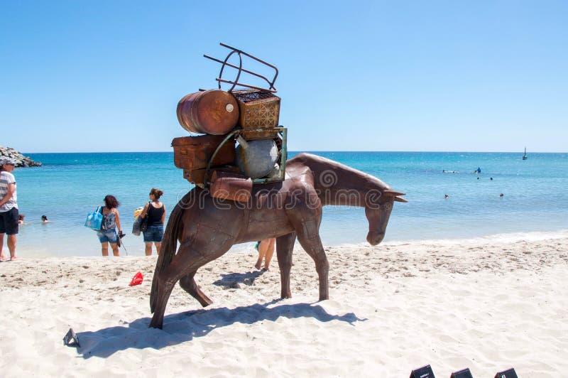 Bärande bagageskulptur för häst: Skulpturer vid havet arkivbilder