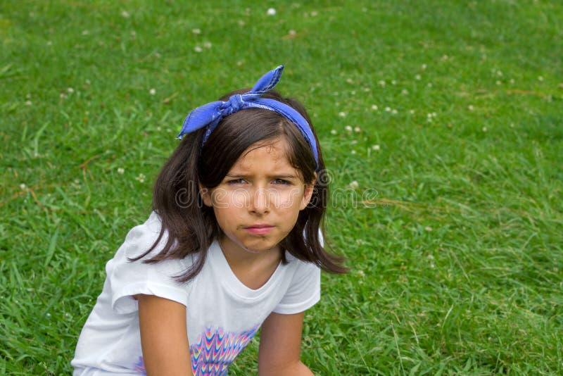 Bärande Bandana för smutsig ung flicka för framsida svettig allvarlig royaltyfri bild