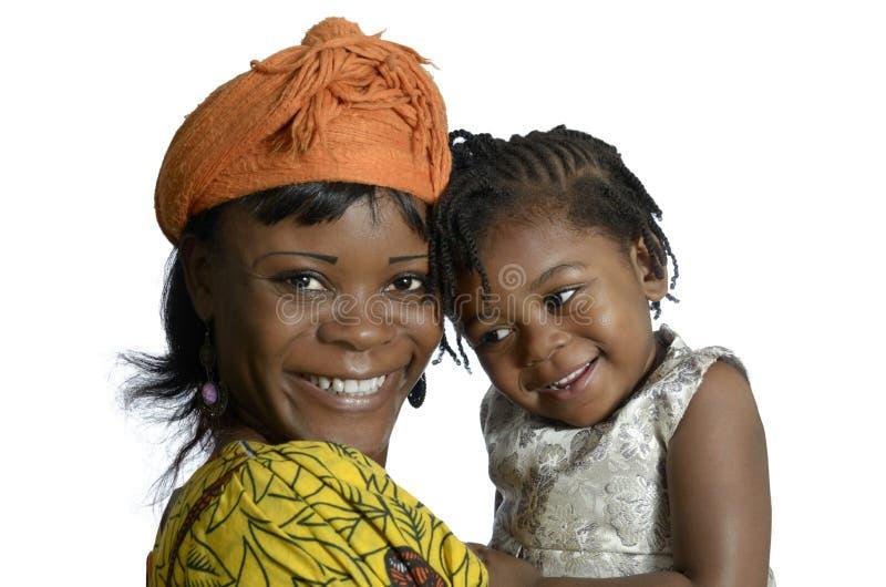 Bärande barn för afrikansk kvinna arkivfoton