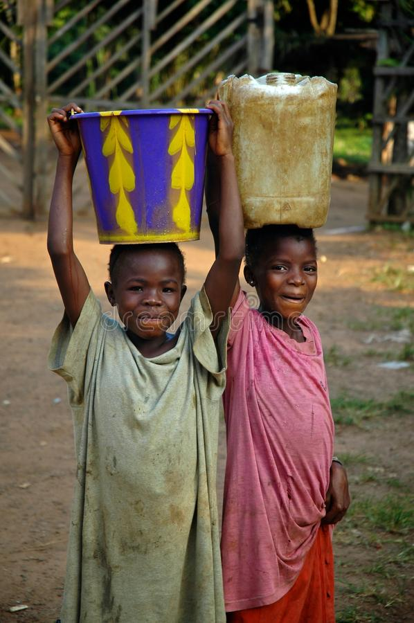 bärande barnliberianvatten fotografering för bildbyråer