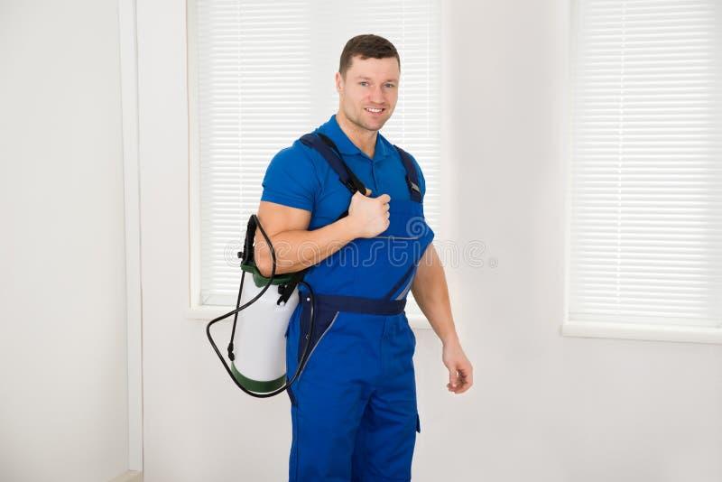 Bärande bekämpningsmedelbehållare för säker manlig arbetare royaltyfri fotografi