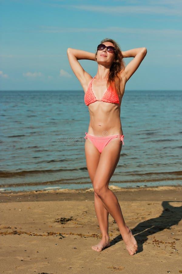 Bärande bikini för flicka arkivfoton