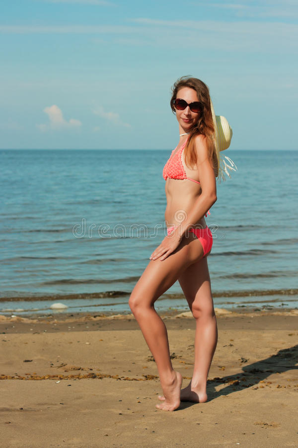 Bärande bikini och hatt för flicka arkivfoton