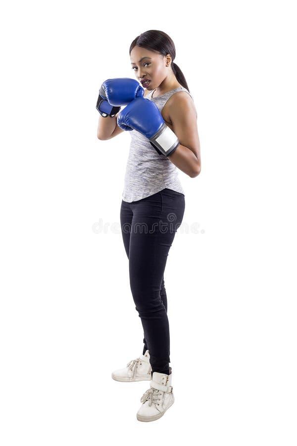 Bärande boxninghandskar för arrogant svart kvinnlig royaltyfri bild