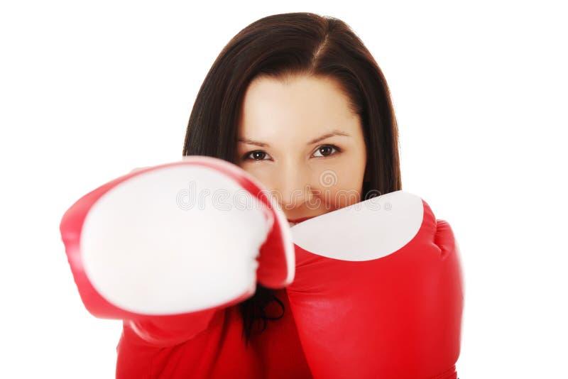 Bärande boxninghandskar för attraktiv kvinna arkivbild