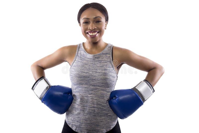 Bärande boxninghandskar för lycklig svart kvinnlig royaltyfria foton