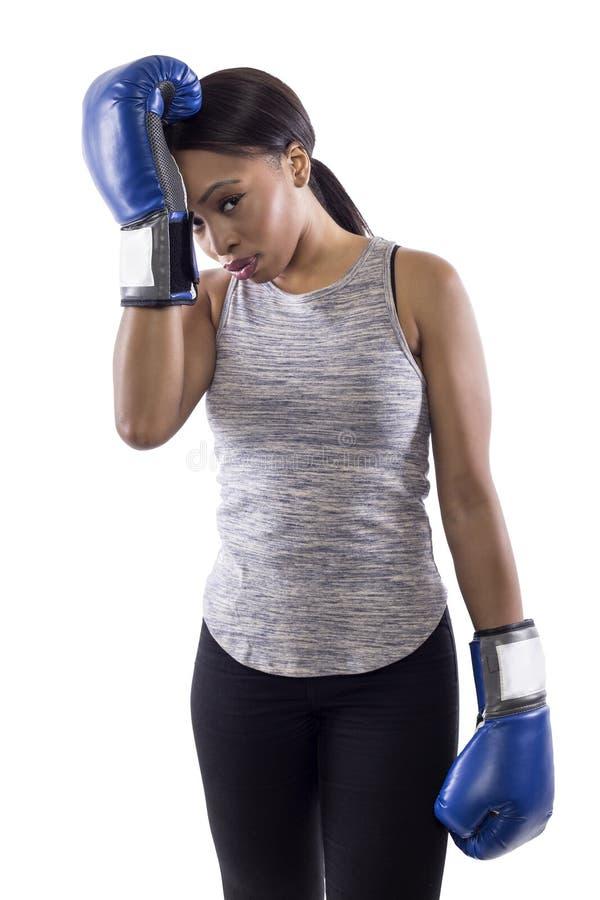 Bärande boxninghandskar för stressad svart kvinnlig arkivbilder