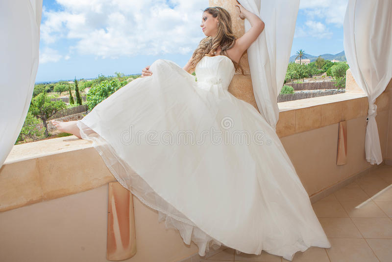 Bärande brud för kvinna eller avläggande av examenklänning royaltyfria foton