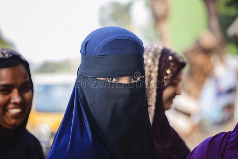 Bärande burkakläder för ung flicka enligt hennes religion arkivbild