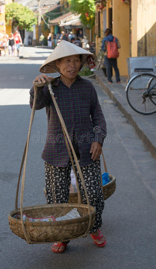 Bärande buskets för gammal vietnamesisk kvinna arkivfoto