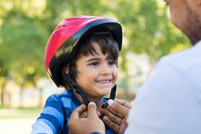 Bärande cirkuleringshjälm för pojke arkivbild