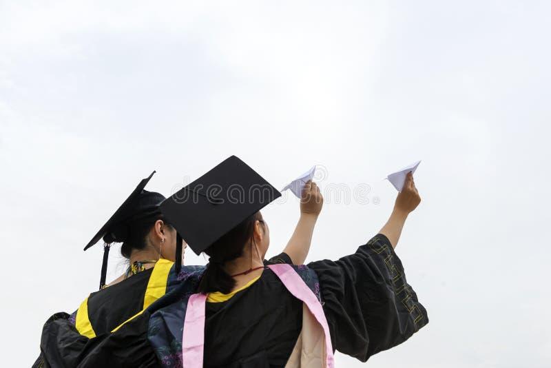 Bärande doktors- studenter för avläggande av examenkläder arkivbild