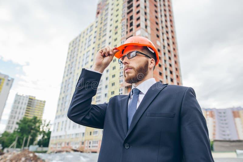 Bärande dräkt och hjälm för teknikerbyggmästare på konstruktionsplatsen royaltyfria foton