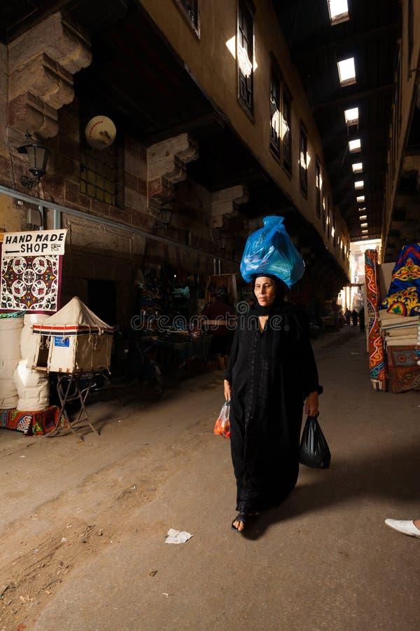 bärande egyptisk head traditionell kvinna för klänning royaltyfria foton