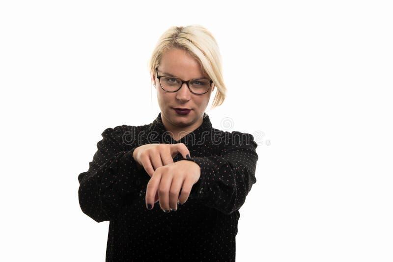 Bärande exponeringsglas för blond lärarinna som visar sen gest royaltyfri bild