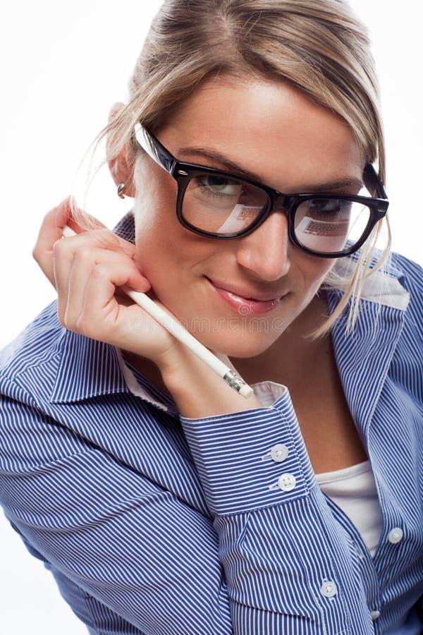 Bärande exponeringsglas för förförisk blond affärskvinna arkivfoton